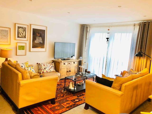 Central Epsom 2-bed luxury for 4 + 2 bathrooms
