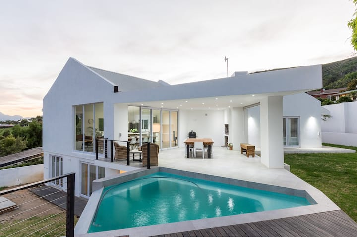 Modern House in Central Paarl with infinity pool
