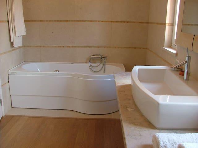 Ensuite Bathroom & hydro tube