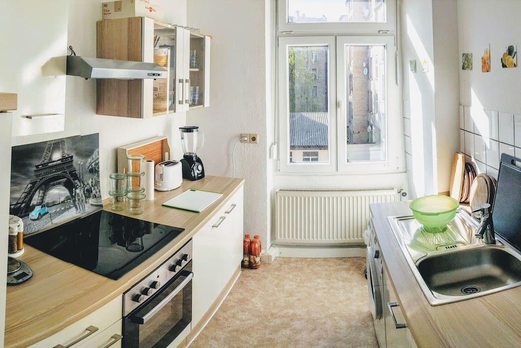 Voll ausgestattete Küche mit Spül- und Waschmaschine