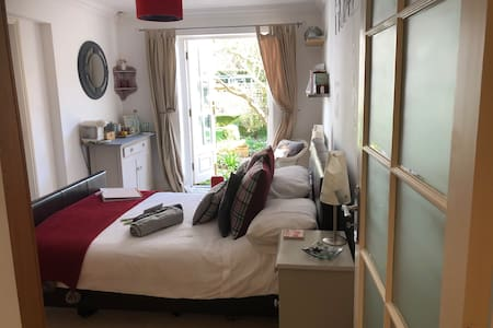 1 minute from sea. Self contained double en suite