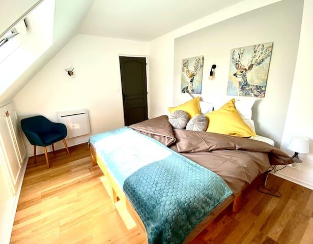 Chambre Bambi avec un lit King size 180x200, possibilité de mettre un lit bébé.