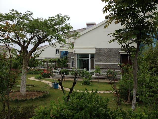 迎海花苑 海滨独栋自住花园别墅  有3个客房供租住 共用厨房 客厅和书房 - Yantai - Villa