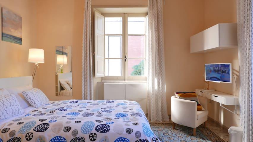 Specchio a tutt'altezza, poltrona confortevole.  Full height mirror, comfy armchair