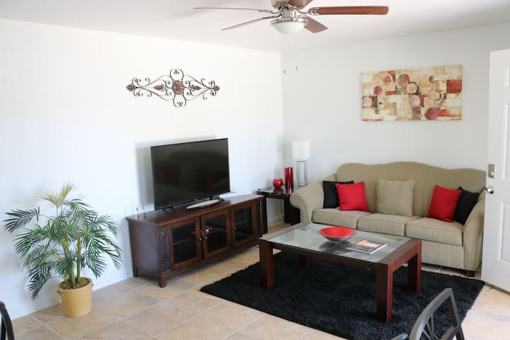 Luxury stay at modern house-1 (15 min from strip)