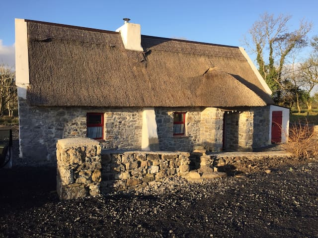 Nans thatched cottage - Bohola