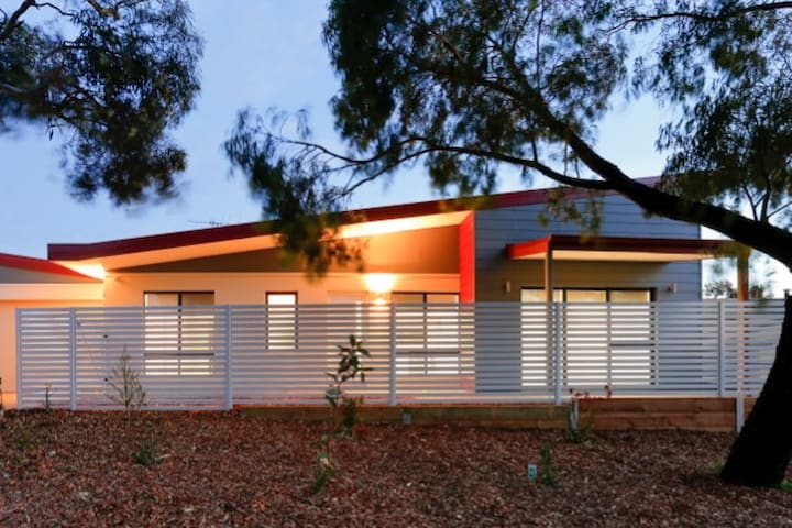 Funky Modern 3 x 2 House opposite beautiful park - Spearwood - House