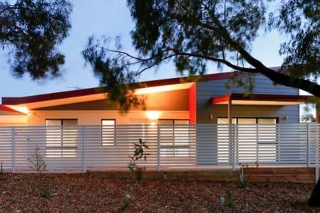 Funky Modern 3 x 2 House opposite beautiful park - Spearwood - 独立屋