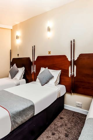 OYO Osterley Park Hotel, Deluxe Triple Room