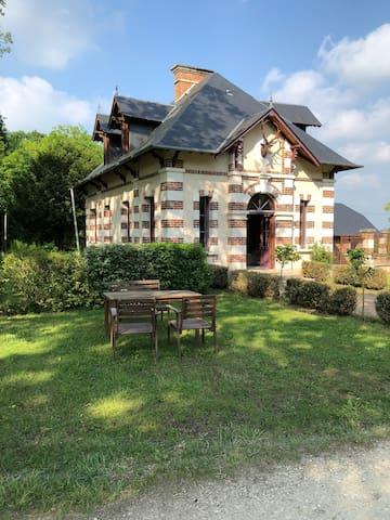 Pavillon de chasse dans le parc d'un chateau