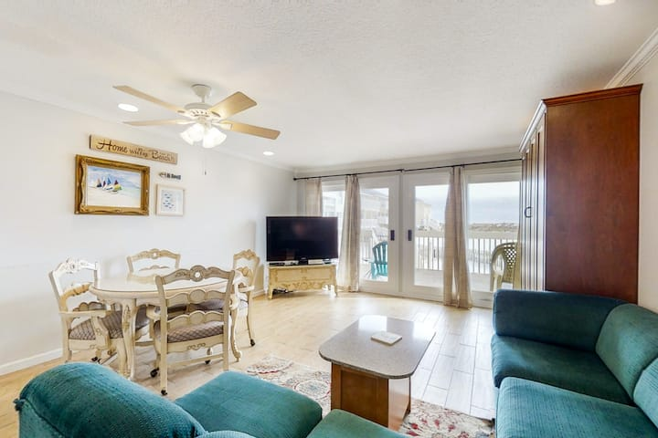 Spacious Condo, Private Wi-Fi, Bike to beach, Near shops and dining!