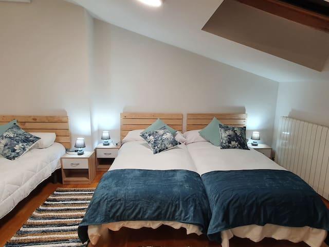DORMITORIO 2 Tres camas individuales, muy amplio y muy cómodo.