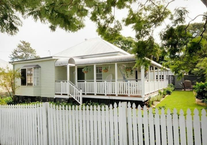 Queenslander, close to town, queen bed & pool
