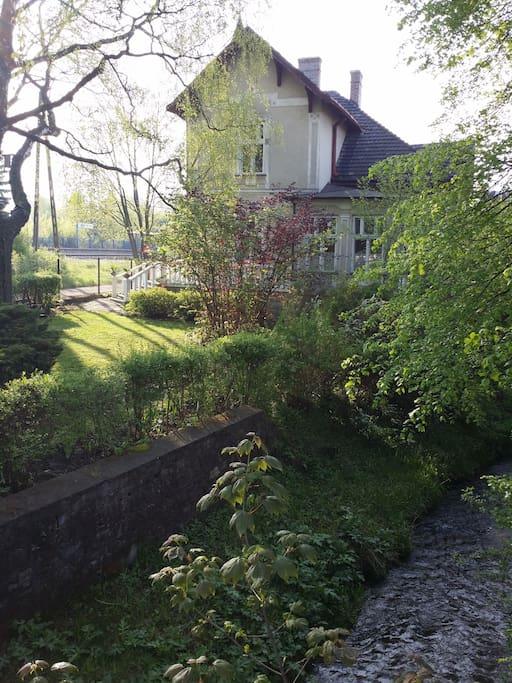 Villa am Bach gelegen, der rege von Enten besucht wird