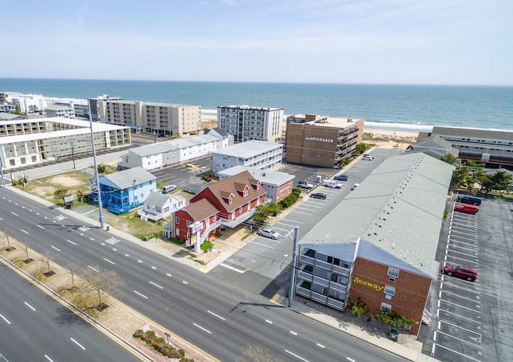 ✨☀️Sunny Beach Getaway B☀️✨Ocean Block Apartment short walk from the beach
