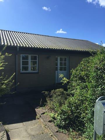 Hyggeligt lille hus tæt på midtby og skov - Silkeborg - Haus