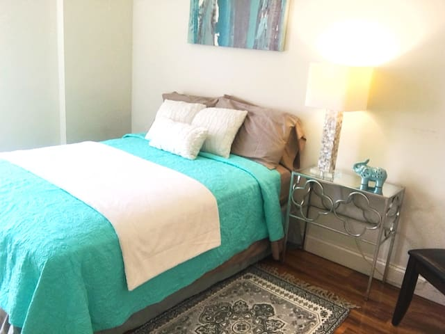 Turquoise Oasis – 1 Br in the Heart of Downtown!