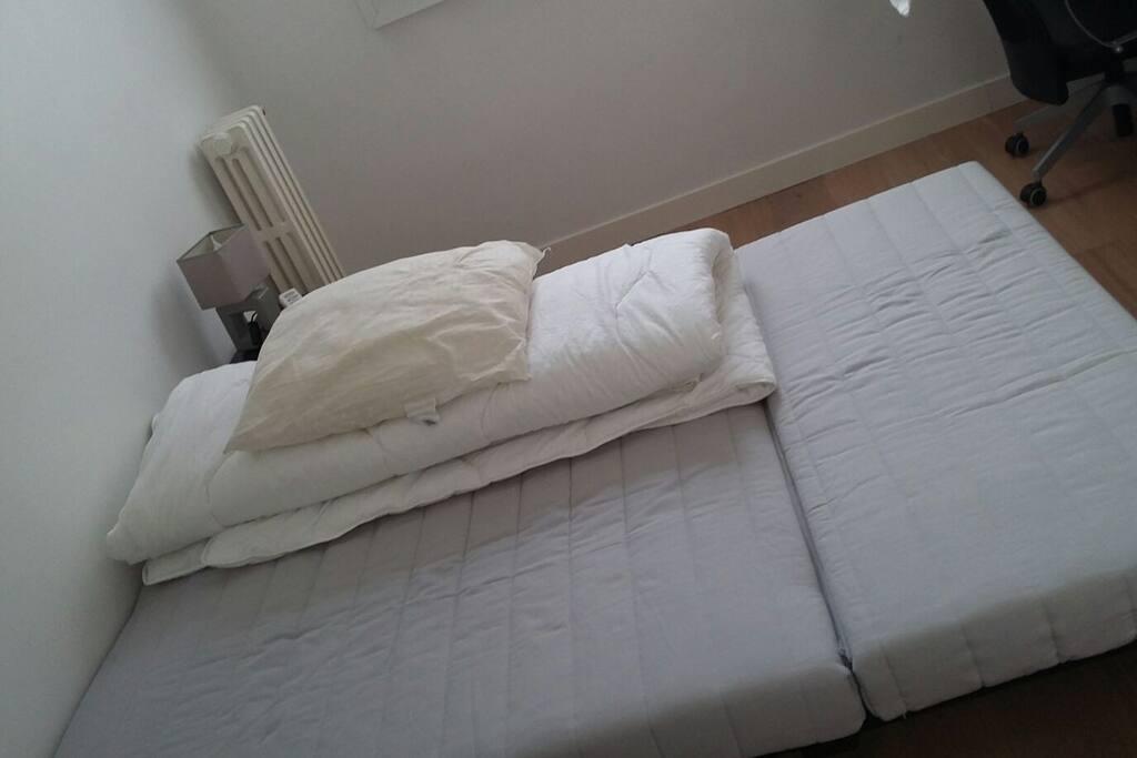 Canapé lit déplié.