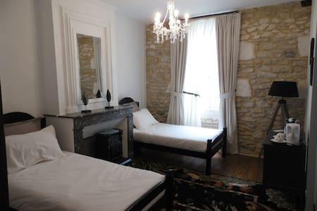 Les Volets Bleus de Bastide - Bed & Breakfast