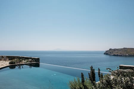 Suite with infinity pool and access to the sea