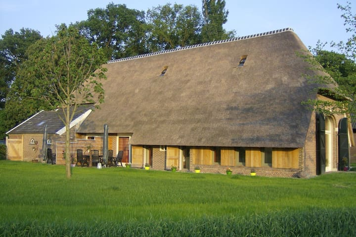 Staying in a thatched barn with bedroom and box bed, beautiful view, Achterhoek