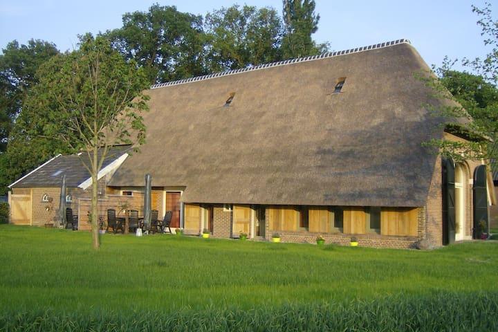 Soggiornare in un fienile di paglia con letto box, bella vista, Achterhoek