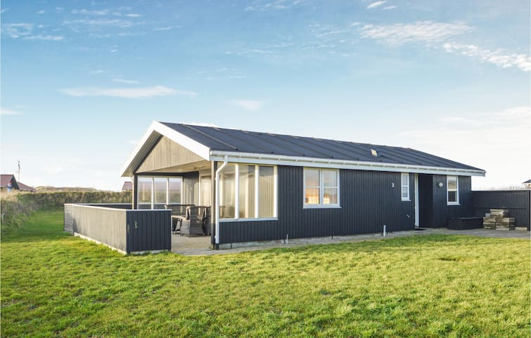 Holiday cottage with 3 bedrooms on 66m² in Løkken