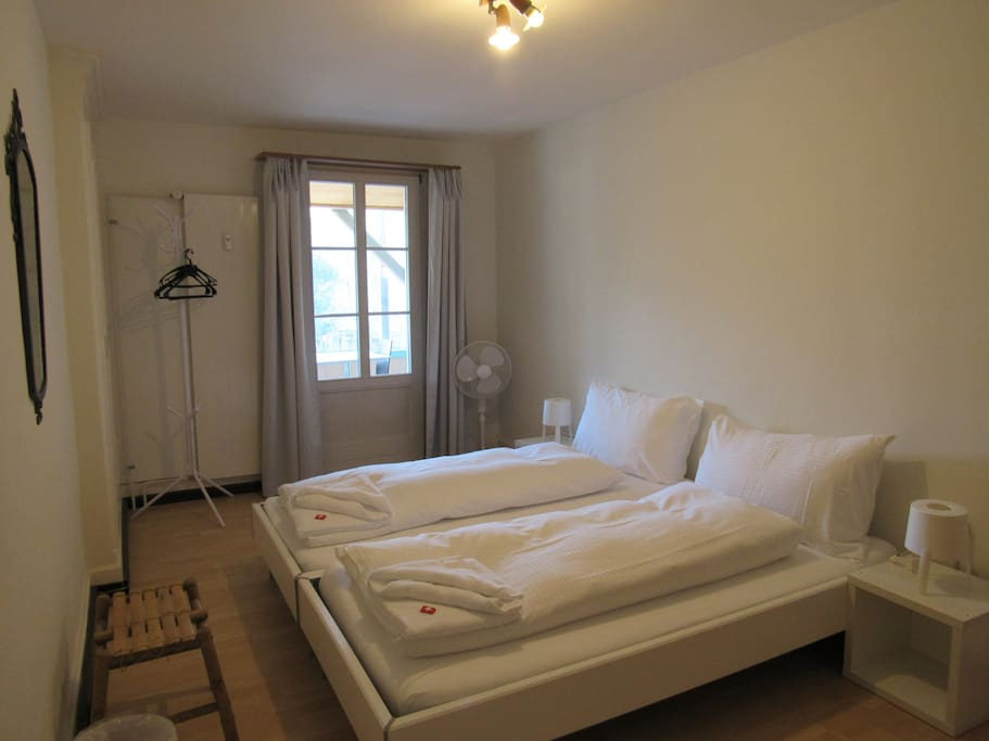 2 guest bedroom with 2 single bed