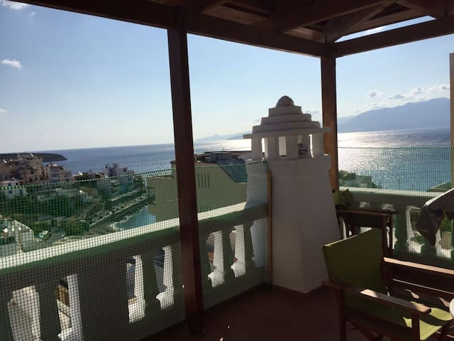 Beautiful newly apt with sea view, near the center