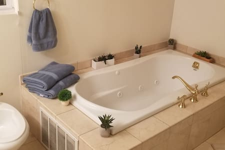 Romantic Private Suite With Jacuzzy FREE PARKING.