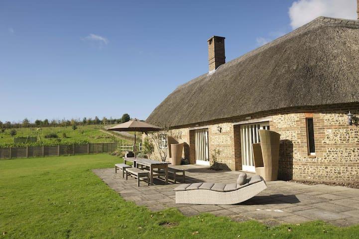 Henchard - Thatched cottage sleeping 12