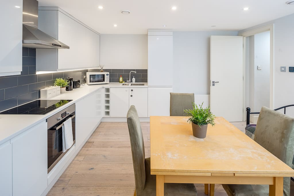 This recently-renovated property is located in charming Wandsworth.