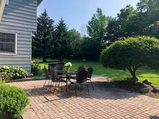 4 BR Skaneateles house with great yard and patio