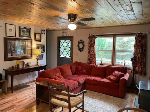 Dave's Place, a cozy 2-bedroom cabin on the creek