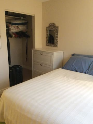 Double/Full Bed - Bedroom 2. Cozy + accommodating. - Kingston - Huis