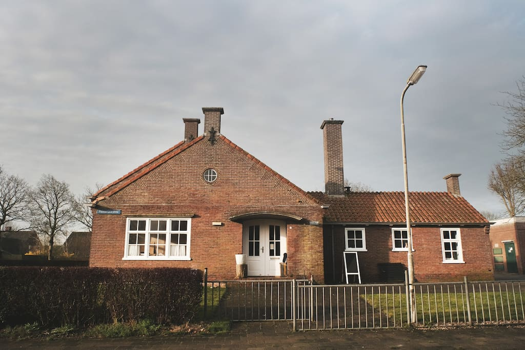 Het Skoallehus, de voormalige basisschool in Wierum. Dit is de voordeur naar het WierWarenHuis en tevens je eigen ingang naar het SlaapLokaal.