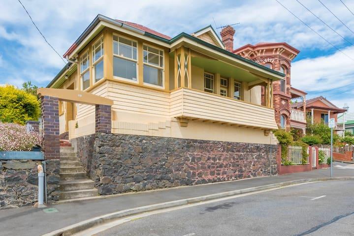 Beatutiful Cottage, 5 mins to CBD,great views - East Launceston - Casa