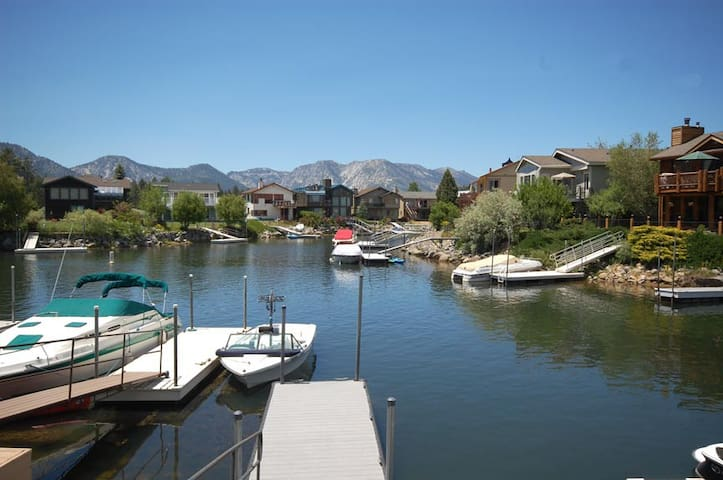 Spacious 4 Bedroom Home Minutes from Skiing, Lake - South Lake Tahoe - Hús