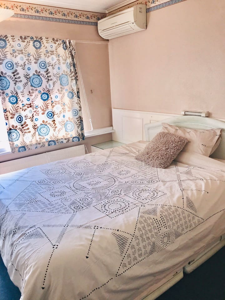 Lovely Clean Private Room | Near Stations & Buses
