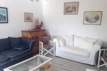Le salon contient 2 canapés et un fauteuil