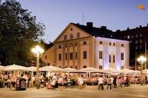 """""""MEDIS"""" Ett stenkast ifrån ligger Medborgarplatsen""""Medis"""" som för många är Söders hjärta med mängder av uteserveringar, uppträdanden och festivalkänsla varje dag."""
