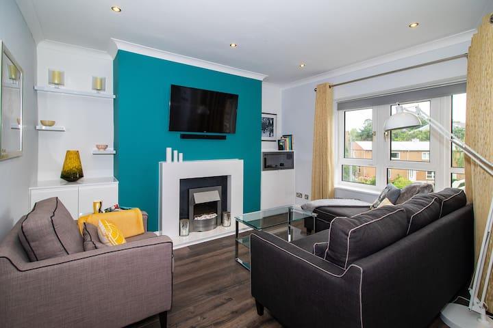 Gorgeous 2 bedroom flat, sleeps 4; Free parking