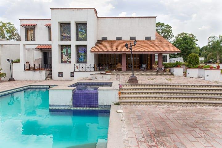 Amplias habitaciones en lujosa casa 2