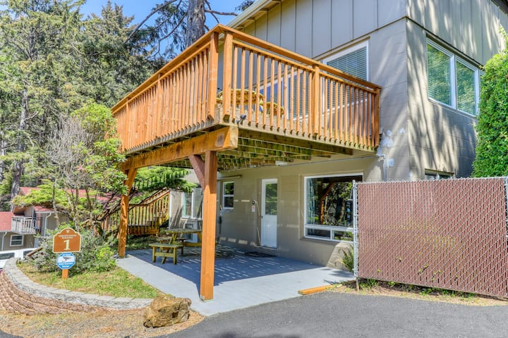 Comfy, oceanfront studio w/ a private deck - just minutes from the Cape!