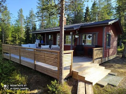 Kitkajärven rannalla talviasuttava mökki ja sauna.