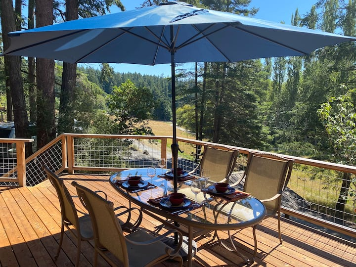 Luxuriously updated Cottage minutes from the Ferry