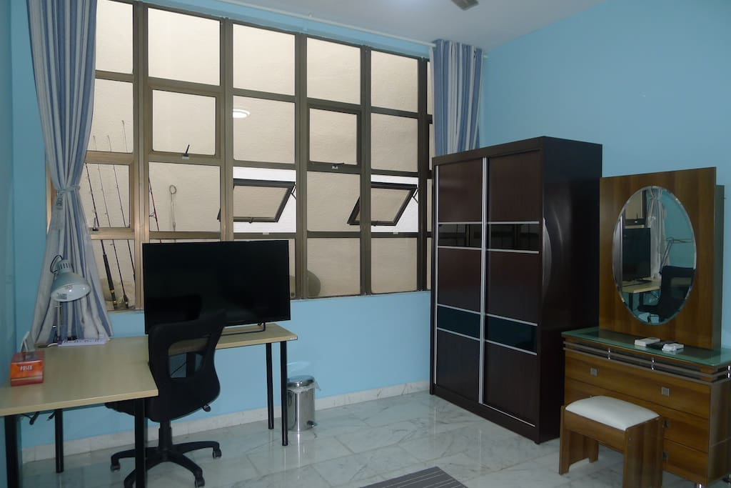 Spacious Work Desk with LAN Cable/Wireless Internet Connection, Wardrobe and Dressing Table.   宽大的办公桌,衣柜和梳妆台。累了就看下喜爱的连续剧,实现工作与生活的平衡