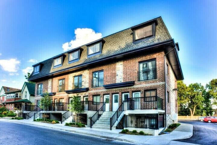 Cozy modern apartment next to Kitchener market!!