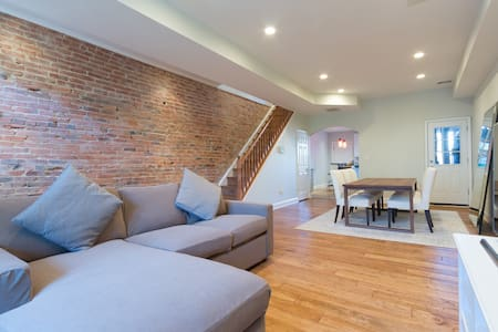 Charming Exposed Brick Row Home on H St NE - Washington - Casa
