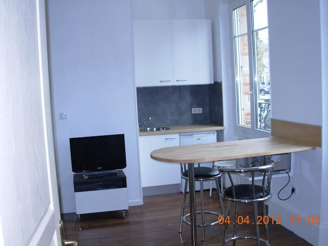 Studio meublé, RDC, équipé, wifi, proche CV.